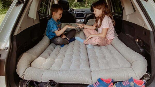 Auto Luftmatratze mit Kindern